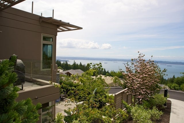 Aerie II   --   2575 GARDEN CT - West Vancouver/Whitby Estates #12