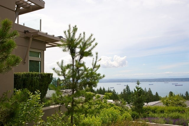 The Aerie   --   2535 GARDEN CT - West Vancouver/Whitby Estates #10